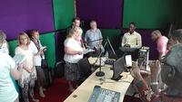 Die Gruppe ist bei der Radiostation der ELCT