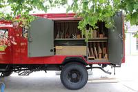 Ein altes Feuerwehrauto voller Holz und Bastelmaterial.