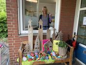 Erzieherin Petra Scheele von der Kita Henri-David-Straße in Kamen am offenen Kita-Fenster. So halten sie und ihre Kolleginnen mit dem nötigen Sicherheitsabstand Kontakt zu den Familien.