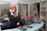 Julia Lux arbeitet derzeit hinter Plexiglas und beantwortet viele Fragen am Telefon.